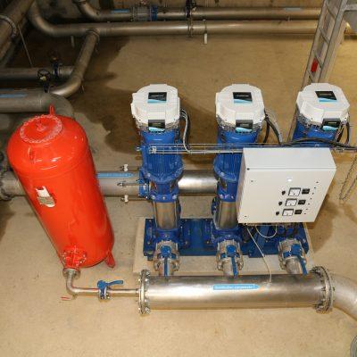 Surpresseurs qui permettent de distribuer l'eau potable sur les deux zones industrielles.